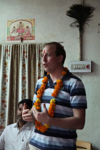 Bram op een meeting in India