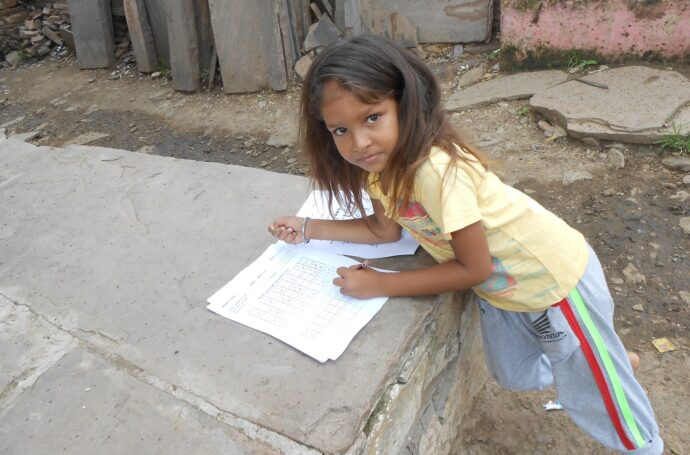 Vu que les écoles sont fermées, les enfants font leurs bancs d'école comme ils peuvent.