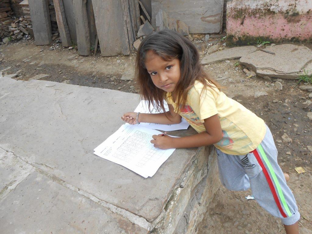 Omdat de scholen gesloten zijn, improviseren kinderen een schoolbank waar ze kunnen.